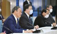 Thủ tướng Nhật Suga Yoshihide dự cuộc họp nội các ngày 12/4. (Ảnh: AP)