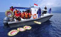 Vòng hoa được thả xuống nơi 53 thuỷ thủ gặp nạn cùng tàu ngầm hồi cuối tháng 4. (Ảnh: Reuters)