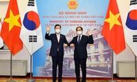 Bộ trưởng Bùi Thanh Sơn và Bộ trưởng Ngoại giao Hàn Quốc Chung Eui Yong trong cuộc gặp ngày 23/6. (Ảnh: Mofa)