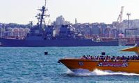Tàu khu trục tên lửa Mỹ USS Ross (trái) tham gia đợt tập trận Gió biển trên Biển Đen. (Ảnh: DW)
