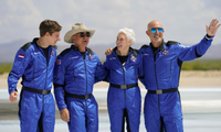 (Từ trái sang) Oliver Daemen, Jeff Bezos, Wally Funk và em trai Mark Bezos chụp ảnh trước tên lửa New Shepard của Blue Origin ngày 20/7. (Ảnh: AP)