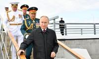 Tổng thống Nga Vladimir Putin và Bộ trưởng Quốc phòng Sergei Shoigu dự cuộc duyệt binh của hải quân Nga ngày 25/7. (Ảnh: Reuters)