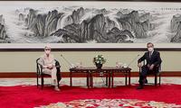 Thứ trưởng Ngoại giao Mỹ Wendy Sherman (trái) trong cuộc gặp Ngoại trưởng Trung Quốc Vương Nghị tại Thiên Tân ngày 26/7. (Ảnh: CNN)