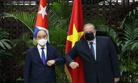 Chủ tịch nước Nguyễn Xuân Phúc hội kiến với Thủ tướng Cuba Manuel Marrero Cruz. (Ảnh: TTXVN)