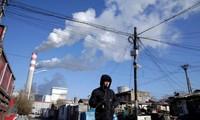 Một người đàn ông đang đi gần nhà máy điện than ở Cáp Nhĩ Tân, tỉnh Hắc Long Giang, Trung Quốc. (Ảnh: Reuters)