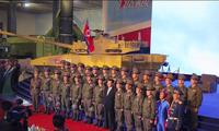 Bức ảnh có người lính mặc trang phục màu xanh khiến cộng đồng mạng xôn xao. (Ảnh: KCNA)