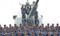 Ông Tập Cận Bình (giữa) cùng binh lính Trung Quốc trên một tàu của nước này ở biển Đông. (Ảnh: SCMP)