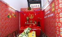 Đám cưới được thiết kế theo phong cách rất truyền thống, không gian làm lễ phủ tông màu đỏ được dán mới, trông nổi bật.