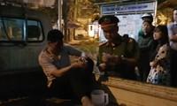 Lái xe bán tải được đưa về công an phường Nhân Chính.