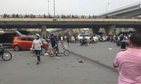 Giây phút Mercedes tông hàng loạt xe máy trên phố Hà Nội