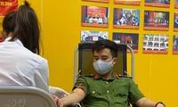 Cán bộ chiến sĩ Công an quận tham gia hiến máu.