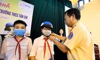 Các đơn vị trao tặng mũ bảo hiểm cho học sinh.