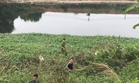 Lực lượng chức năng huy động lực lượng tìm kiếm nữ sinh mất tích dọc bờ sông xã Nguyễn Trãi.