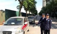 Nhóm bảo vệ xịt sơn vào xe ô tô đỗ dưới lòng đường.