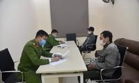 Công an làm việc với hai đối tượng. Ảnh: Công an tỉnh Phú Thọ.