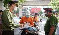 Lực lượng liên ngành chốt tại các tuyến đường nhắc nhở, xử lý vi phạm phòng chống dịch.