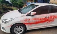 Chiếc xe ô tô màu trắng bị tạt sơn đỏ. Ảnh: M.Q