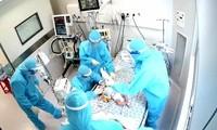 Bác sĩ 'chạy đua' cứu bé sơ sinh bị tim bẩm sinh mắc COVID-19