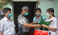 Thứ trưởng Bộ Y tế tặng quà trung thu cho trẻ mồ côi vì COVID-19