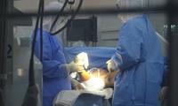 Nam bệnh nhân bị máy cắt giấy chém lìa 2 tay