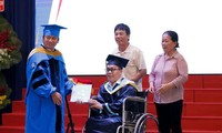 Tân Kỹ sư ngành Máy tính nhận bằng tốt nghiệp trên xe lăn