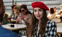 """""""Emily in Paris"""" khiến mũ beret hot trở lại, nhưng làm thế nào để đội thật thanh lịch?"""
