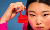 Vì sao những chiếc túi xách trên thế giới đang bé xíu lại, đến mức thành mặt dây chuyền?