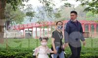 Nhiều điểm du lịch đóng cửa, người dân Hà Nội đổ ra các tuyến phố lớn dịp lễ 30/4