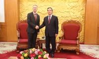 Trưởng ban kinh tế Trung ương Nguyễn Văn Bình khuyến khích đại diện Google nên tính việc mở văn phòng tại VN.