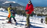 Hoa hậu Việt Nam 1992 cùng hai con trai - cậu anh Vương Khang (áo vàng) và cậu em Vương Khôi (áo xanh) - tranh thủ dịp nghỉ lễ để đến thăm khu nghỉ dưỡng, trượt tuyết nổi tiếng.