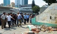 Tiếp tục đòi vỉa hè: Quận 1 đập tường trước trụ sở Bộ Công Thương, cẩu xe VTV