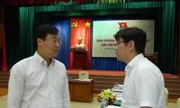 Anh Lê Quốc Phong (trái) trao đổi với các đại biểu tại hội nghị.