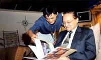 Jack Ma (trái) và tiểu thuyết gia Kim Dung.