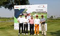 Nhà báo Lê Xuân Sơn (đứng giữa) chụp ảnh lưu niệm cùng các golfer.