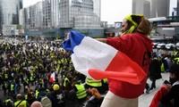 """Người biểu tình """"Áo vàng"""" tiếp tục xuống đường. (Nguồn: International News)"""