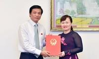 Tổng Thư ký Quốc hội, Chủ nhiệm Văn phòng Quốc hội trao Nghị quyết của Ủy ban Thường vụ Quốc hội cho đồng chí Phạm Thúy Chinh.
