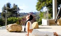 Sống tích cực mùa dịch: Diva Hồng Nhung tập yoga tại nhà ở Mỹ, khoe vòng eo con kiến