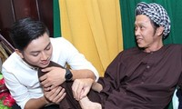Hoài Lâm sinh năm 1995, được khán giả biết tới đầu tiên với danh xưng là con nuôi NSƯT Hoài Linh.