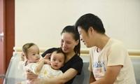 Sao Việt cầu nguyện cho cặp song sinh đang tách rời Trúc Nhi-Diệu Nhi