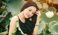 BTV Hoài Anh chụp áo yếm giữa đầm sen khoe vai trần gợi cảm