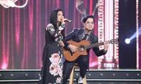 Ngọc Sơn đệm đàn cho danh ca Họa Mi hát ngay tại sân khấu Tuyệt đỉnh Bolero 2020