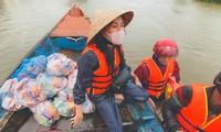 Thủy Tiên vẫn ở tâm lũ để cứu trợ nhiều đồng bào miền Trung.