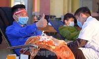 Bạn trẻ hiến máu trong Chương trình Chủ nhật Đỏ tổ chức tại thị xã Nghĩa Lộ, Yên Bái sáng 10/1. Ảnh: Xuân Tùng