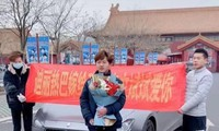 Fan cuồng liên tục cầu hôn Địch Lệ Nhiệt Ba trong 9 tháng