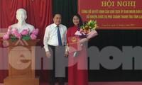 Bà Nguyễn Mai Loan (bìa phải) nhận quyết định và hoa của lãnh đạo UBND tỉnh Lạng Sơn .Ảnh: Duy Chiến