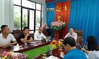 Phóng viên báo Tiền Phong (Áo xanh ngoài cùng bên phải) đặt nghi vấn bảng điểm khủng đối với lãnh đạo Sở GD &ĐT Lạng Sơn (giữa) *ảnh: PL