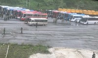 Gần 20 xe chở gần 400 tội phạm Trung Quốc chuẩn bị bàn giao cho phía bạn tập kết tại cửa khẩu Hữu Nghị .Ảnh: Duy Chiến