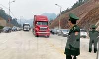 Chủ hàng và nhân công bốc xếp hàng hóa nhộn nhịp tại cửa khẩu Tân Thanh .Ảnh: Duy Chiến