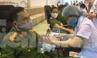 Rất đông cán bộ chiến sỹ Công an Lạng Sơn tham gia hiến máu tình nguyện .Ảnh Duy Chiến