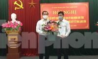 Ông Lý Kim Soi (bìa phải) nhận quyết định và hoa chúc mừng của lãnh đạo tỉnh Lạng Sơn .Ảnh: Duy Chiến